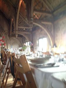 Lange-Tafels-6-bruiloft-catering-metaal-kathedraal