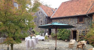 bruiloft buiten eten catering 1 Lange tafels in het gras