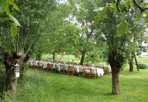 bruiloft-lange-tafels-catering-buiten-10