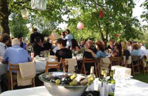 bruiloft-lange-tafels-catering-buiten-3