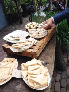 lange-tafels-bruiloft-buiten-eten