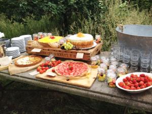 lange-tafels-bruiloft-buiten-eten-9
