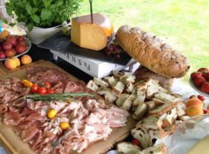 lange-tafels-offroad-2-catering-buiten-eten-bruiloft