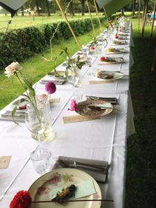 lange-tafels-offroad-7-catering-buiten-eten-bruiloft