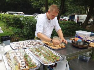 lange-tafels-offroad-catering-buiten-eten-bruiloft-1