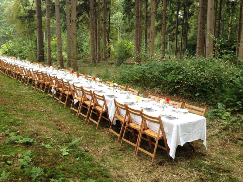 Tafel Voor Buiten : Lange tafels bruiloft catering buiten lange tafels in het gras